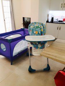 Babystuhl und Bett